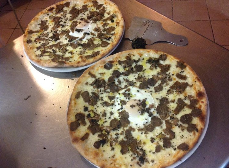 due pizze appena sfornate