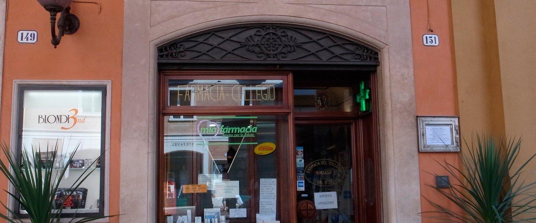vetrina negozio di FARMACIA DEL COLLEGIO