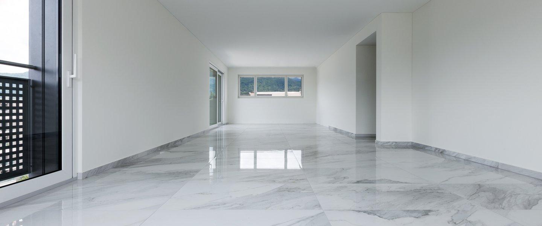 stanza con pavimento in marmo