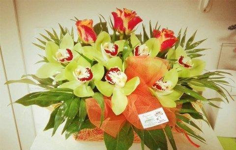 Composizione floreale con orchidee e rose