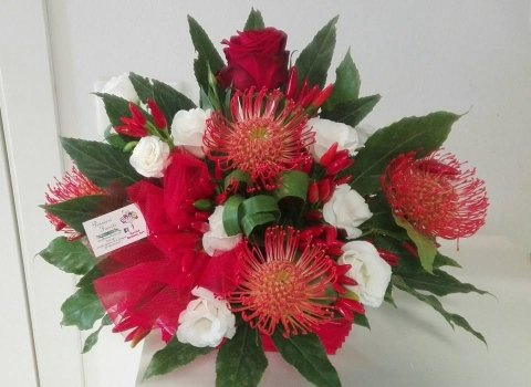 composizione con nutan peperoncini, rose rosse e lisiantus