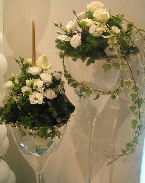 addobbo per matrimonio con vasi in cristallo e fiori freschi
