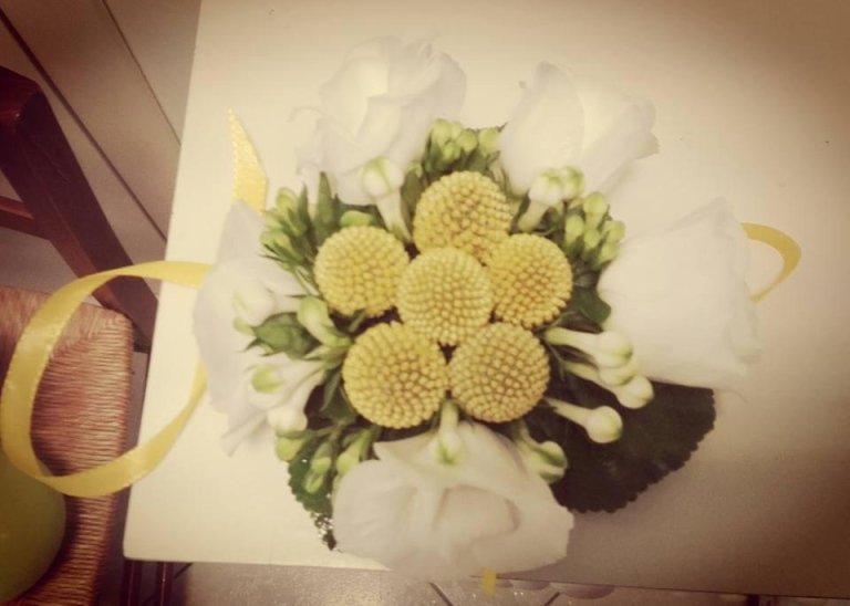 mini bouquet con craspedia, liciantus e bouvardia