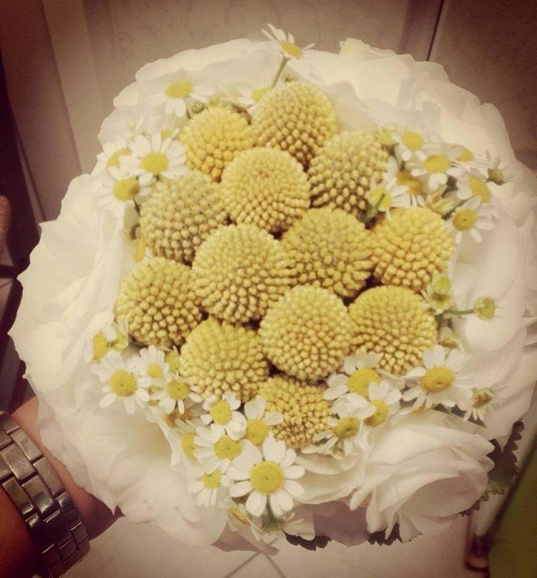 bouquet sposa craspedia, liciantus e camomilla