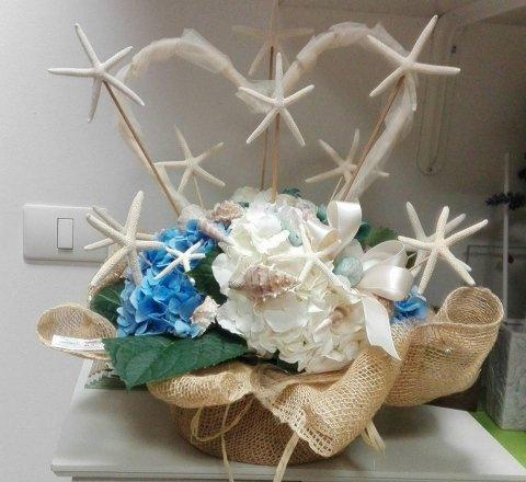 composizione matrimonio civile con ortensie bianche e azzurre, perle, stelle marine, conchiglie