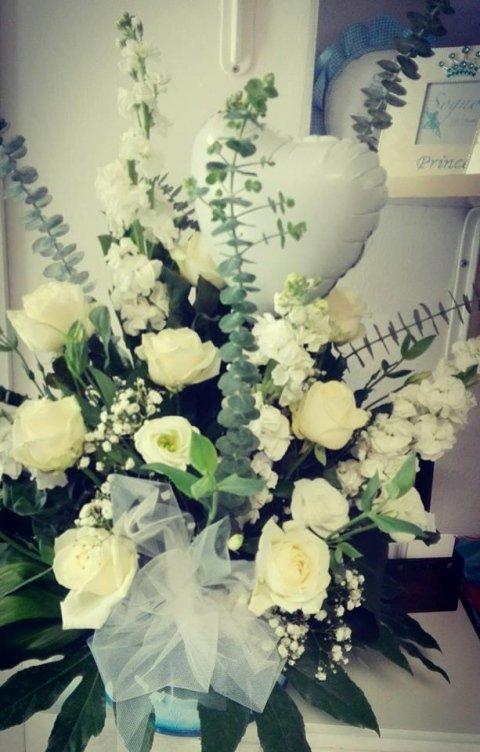 rose bianche, bocce di leone e lisianthus