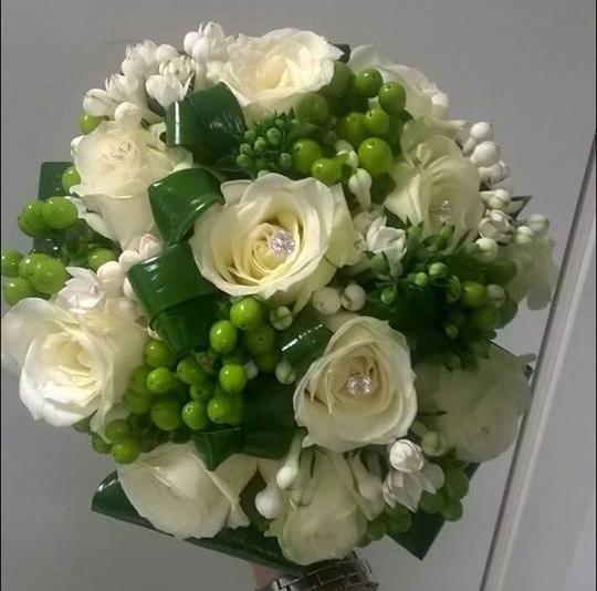bouquet sposa rose bianche, fiori d'arancio e hypericum