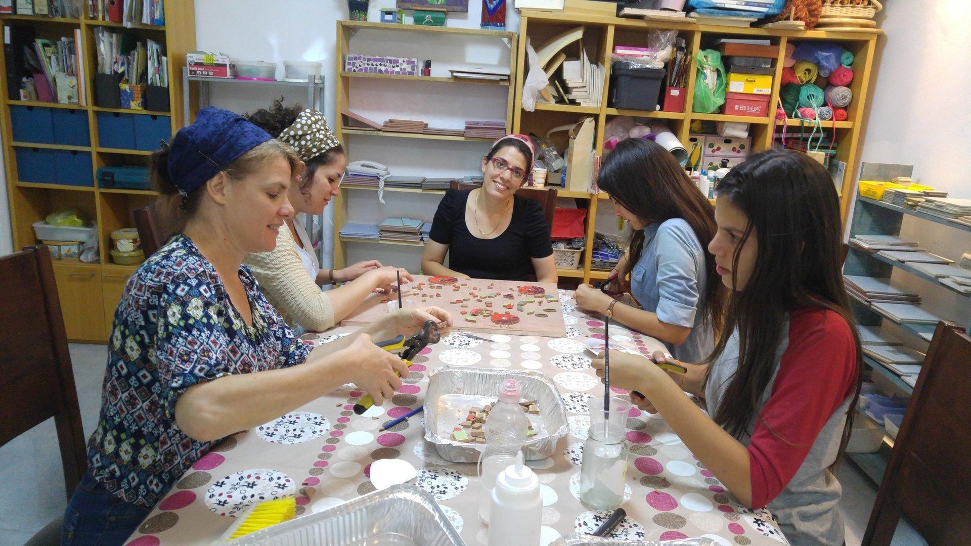 תלמידות בסטודיו לפסיפס של רבקה במודיעין