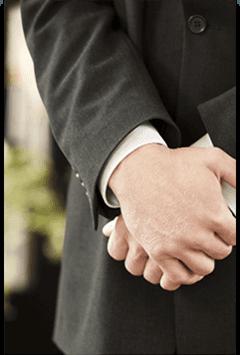 primo piano della mani di una persona al funerale