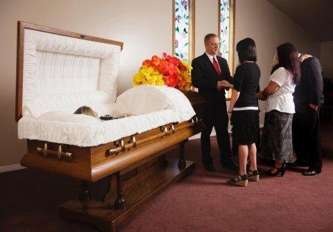 cassa funebre con salma in una camera ardente