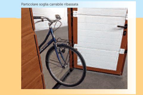 portone aperto con bicicletta scritto Particolare soglia carrabile ribassata
