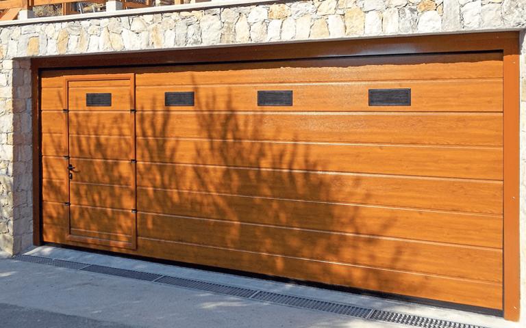 vista frontale di una porta sezionale per garage