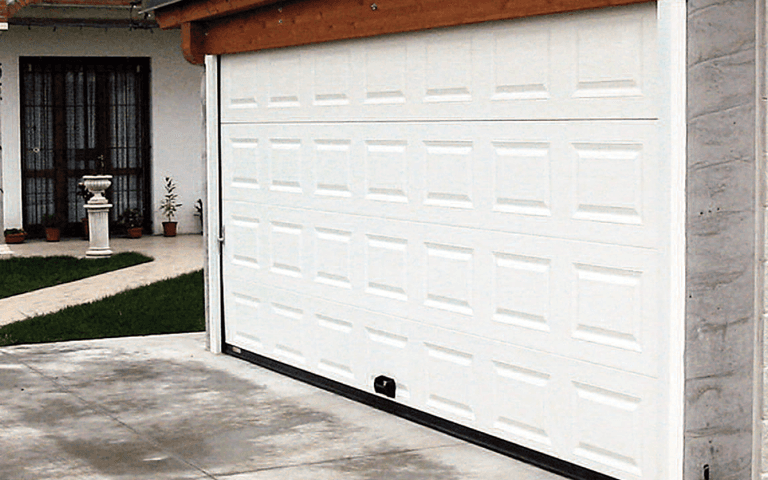 Porta sezionale bianca per garage