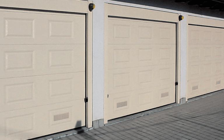 vista laterale di porte basculanti e sezionali