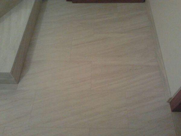 rivestimento pavimento in marmo Duna Beige spazzolato casa privata Domegge di Cadore