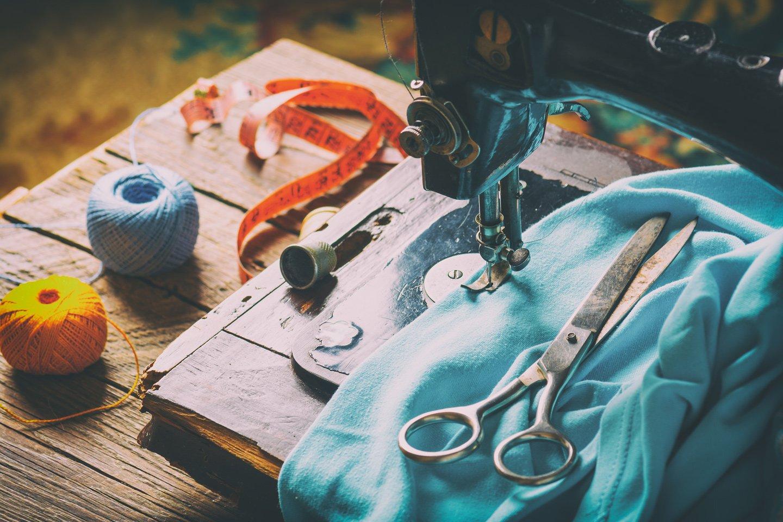 macchina da cucire con stoffa e forbici