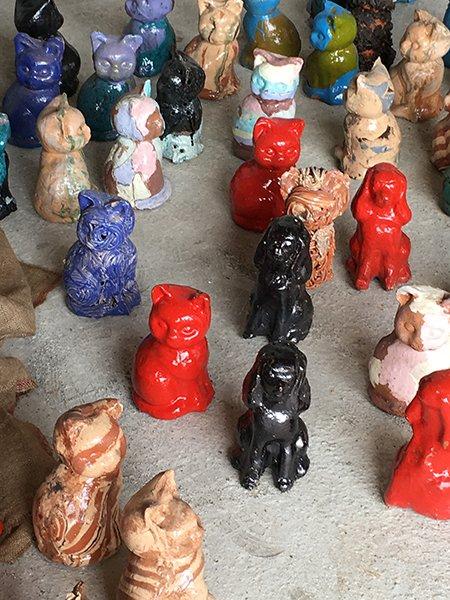 delle statuette di cagnolini e gattini di diversi colori