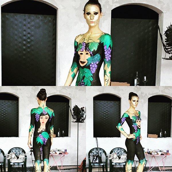 tre foto di una modella con il corpo dipinto con dei disegni di uva e un volto di donna