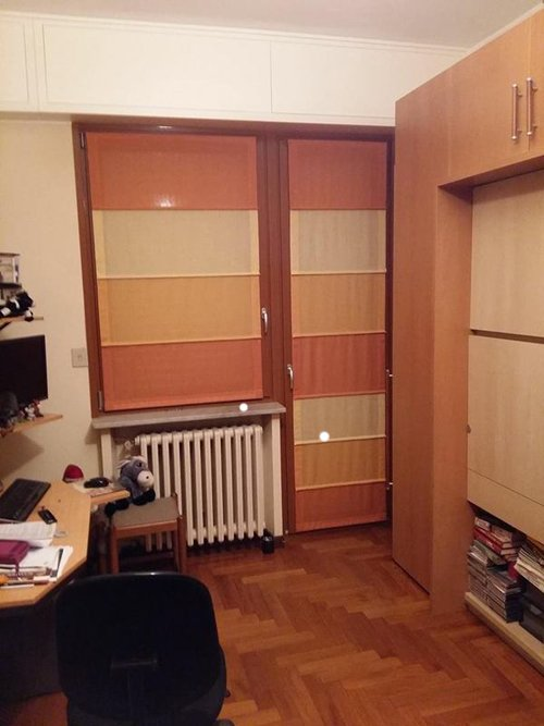 vista interna di una stanza con arredamenti di casa