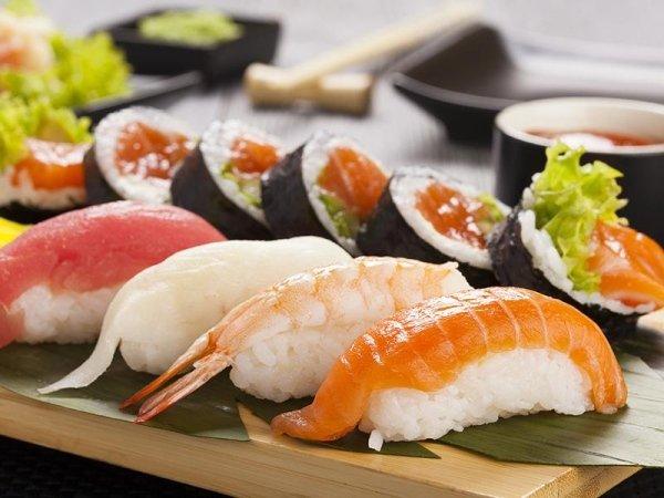 vassoio di mix sushi e uramaki