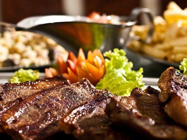 primo piano di piatto di carne alla griglia