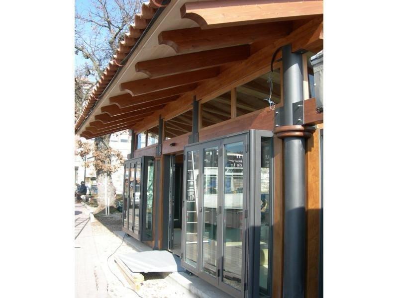 Locale commerciale con tettoia in legno