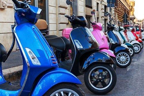 pila di scooter con diverse colori