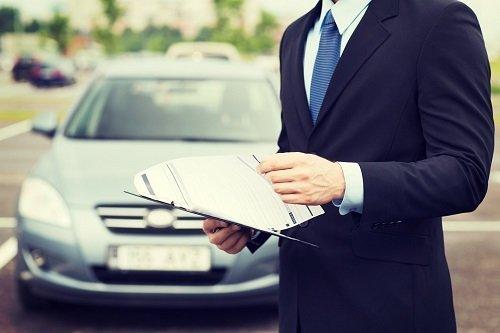 uomo vestito in abito formale con documento