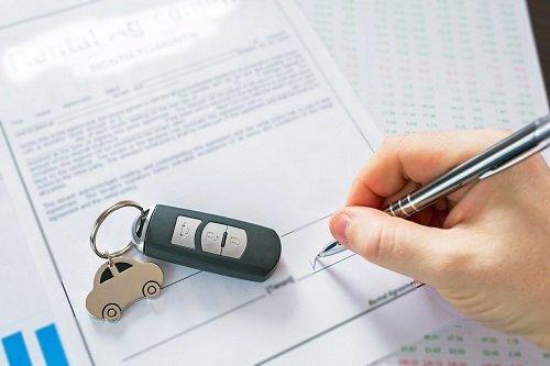 persona segno sui documenti concessionaria auto