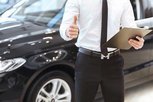venditore automobile in un posa