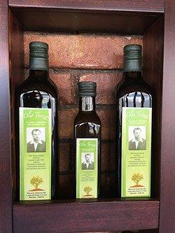 tre bottiglie di olio extra vergine d'oliva