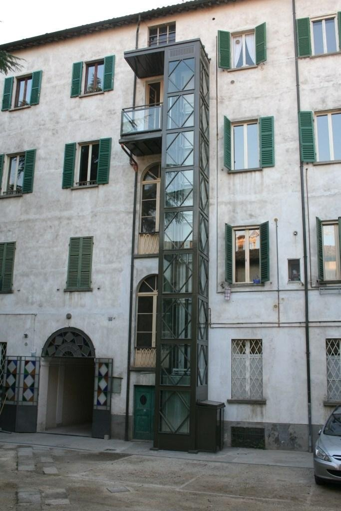 struttura metallica esterna con collegamento finestra
