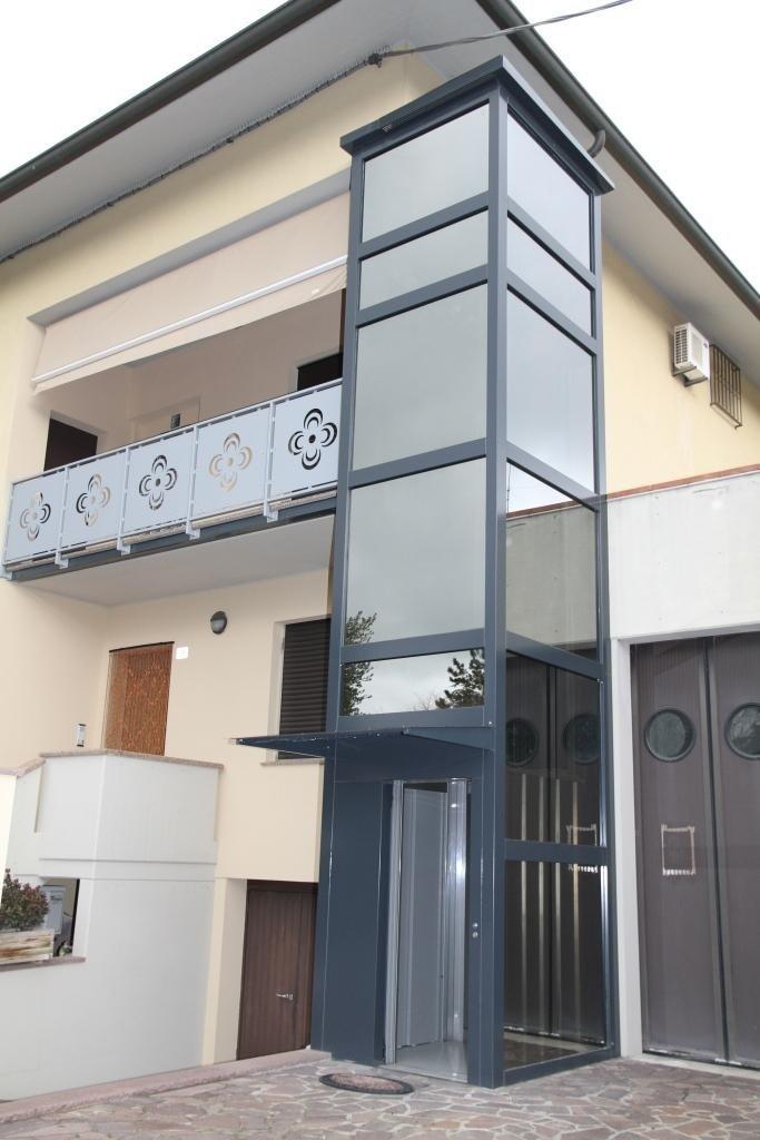struttura metallica a specchio per abitazione