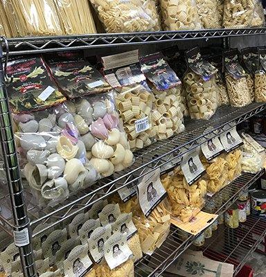 Vista parziale del business in cui vediamo gli scaffali con diverse classi di pasta secca