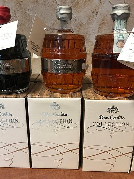 Primo piano di tre bottiglie da collezione di Don Carlito