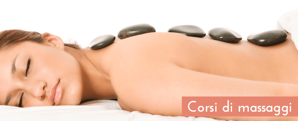 donna sdraiata durante un massaggio con sassi appoggiati sulla schiena