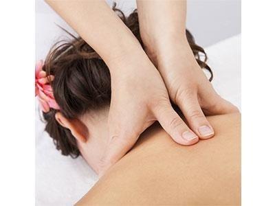 mani che massaggiano la schiena a una donna