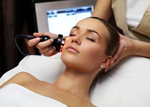 cliente durante un trattamento di radiofrequenza al viso