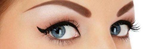 occhi di una donna con eyeliner