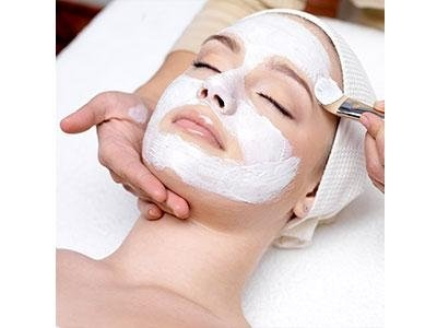 applicazione maschera su un viso di una donna
