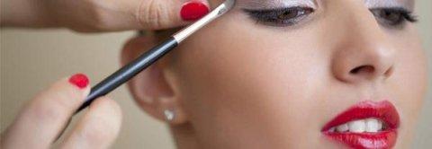 applicazione ombretto su un occhio di una donna