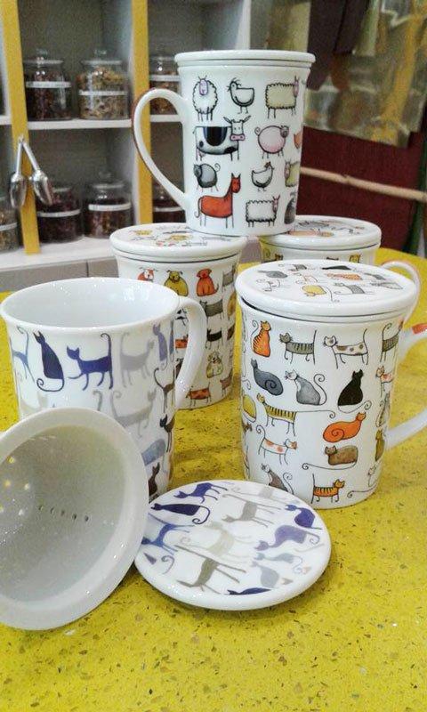 Tazze di color bianco con dei disegni di gattini, cani e altri animali