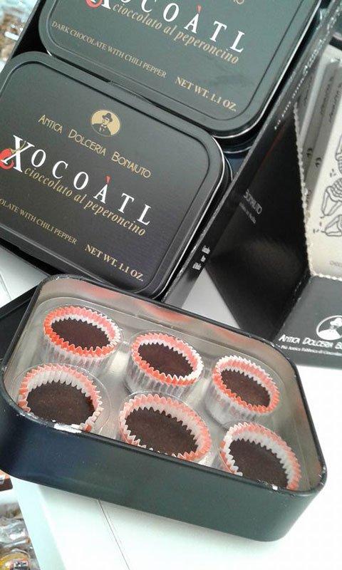 Una scatola di cioccolato al peperoncino e sul coperchio scritto antica dolceria bonajuto Xocoatl