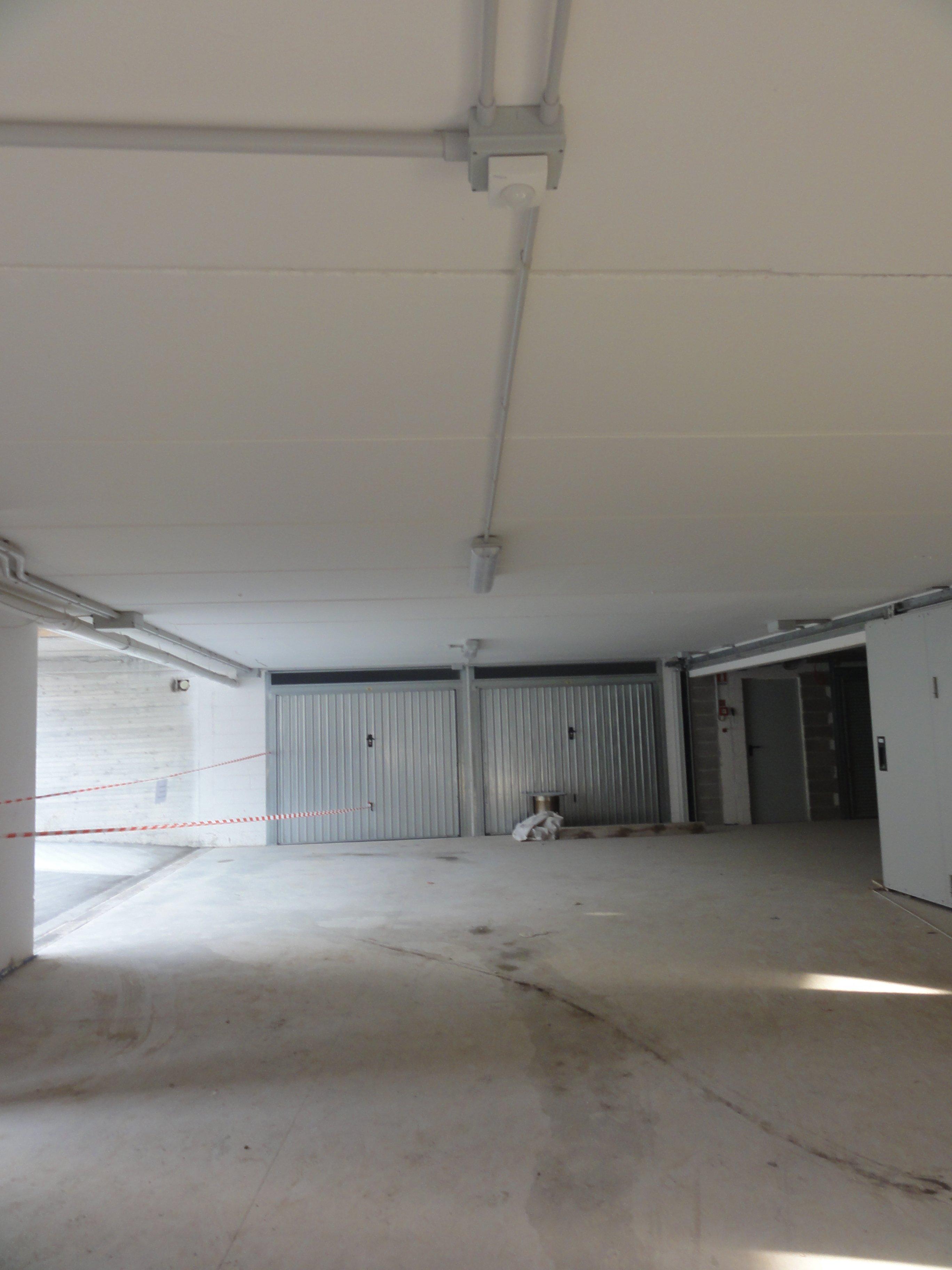 parcheggio sotterraneo con porte a basculante