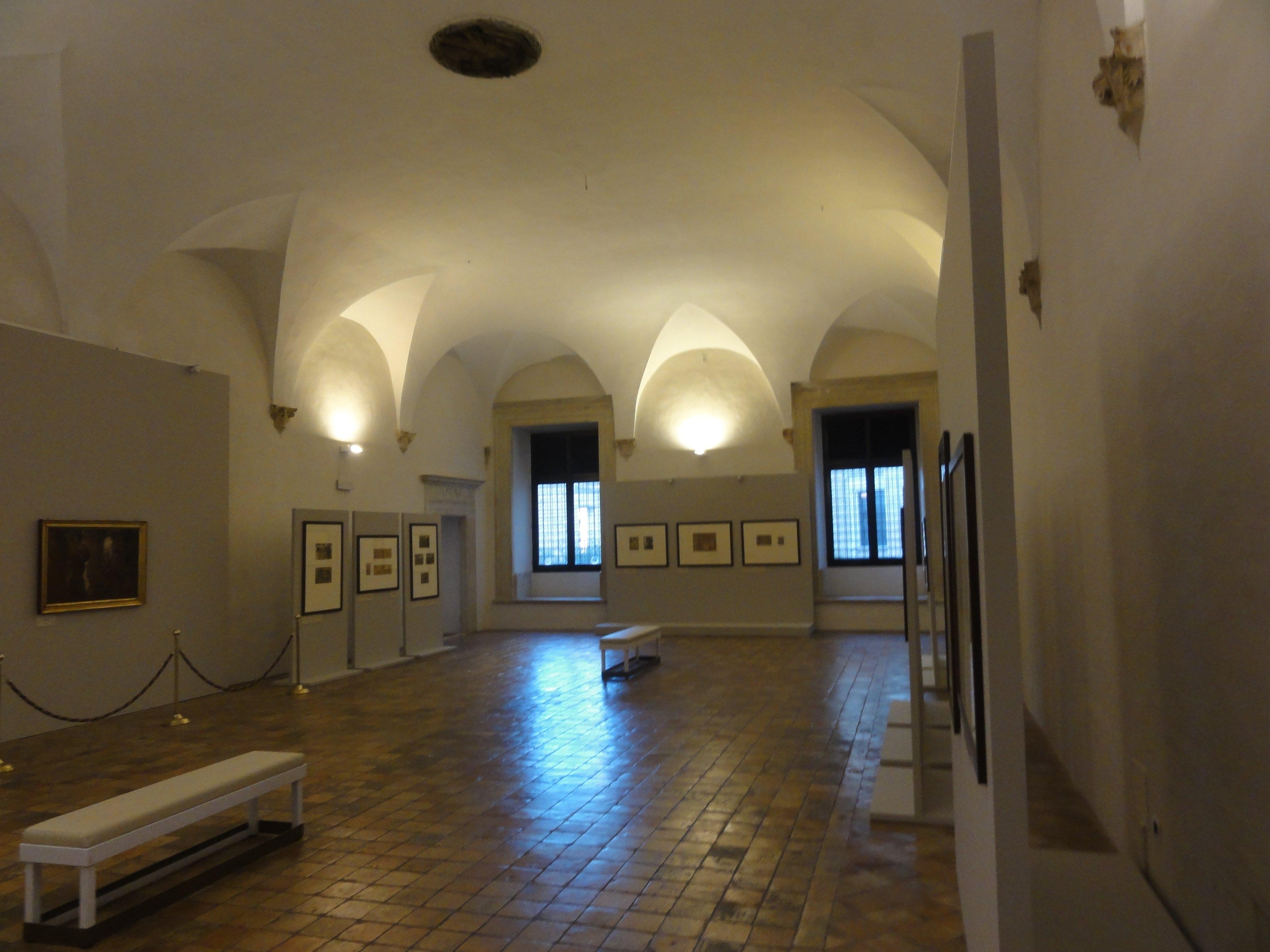 sala interna di un museo con quadri appesi