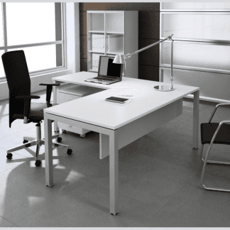 studio medico con scrivania bianca e sedia nera