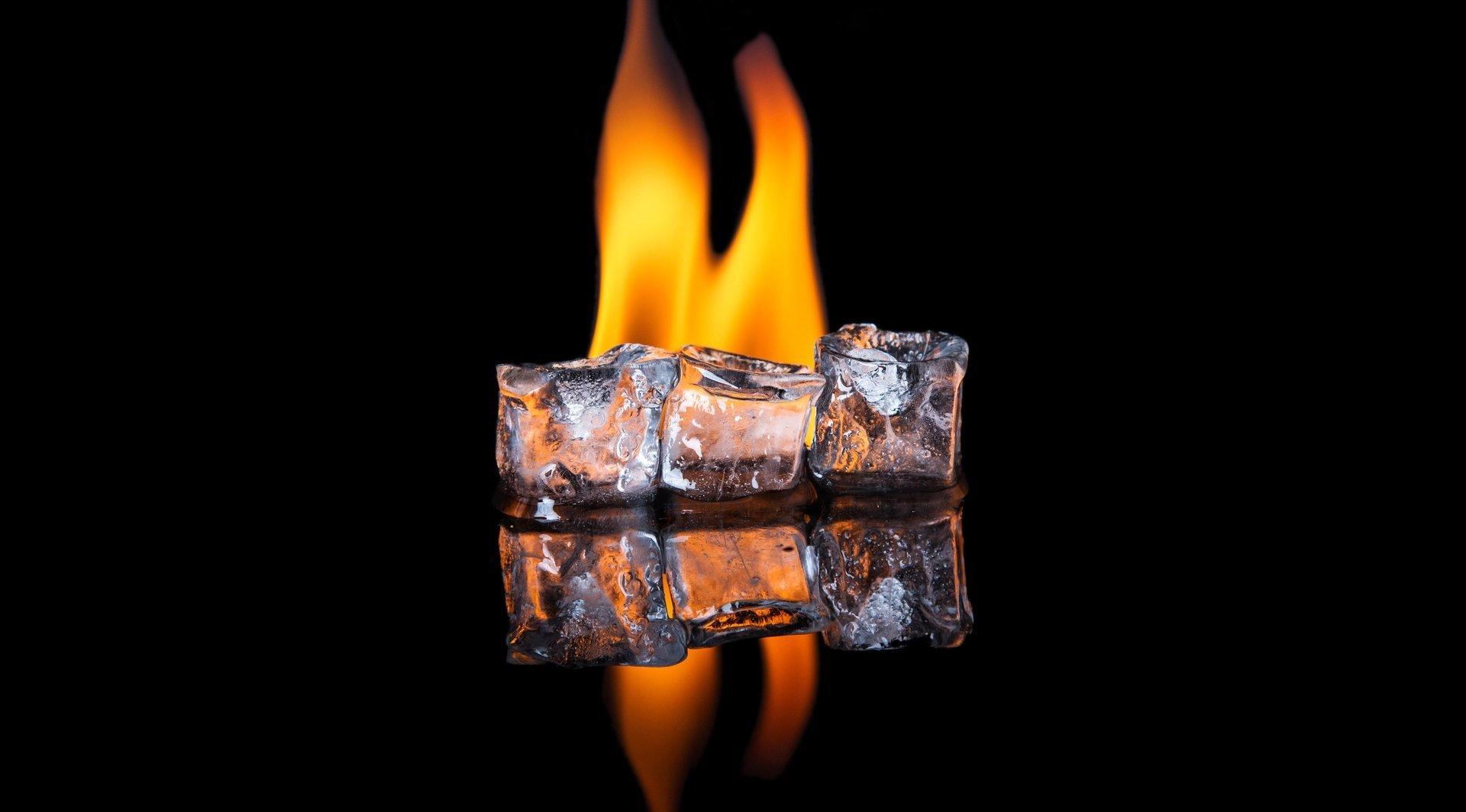 cubetti di ghiaccio e fuoco