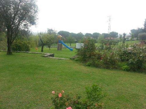 un giardino con uno scivolo
