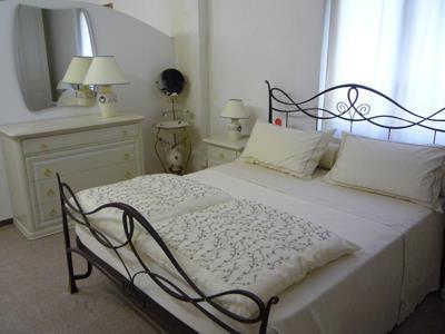 Camera da letto chiara in ferro battuto