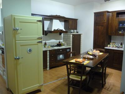 Cucina classica in legno con frigorifero in primo piano
